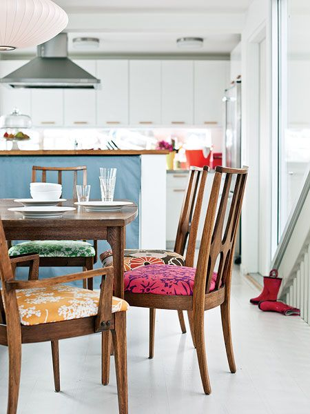 Las sillas del comedor mejor si son diferentes cocktail for Sillas tapizadas comedor